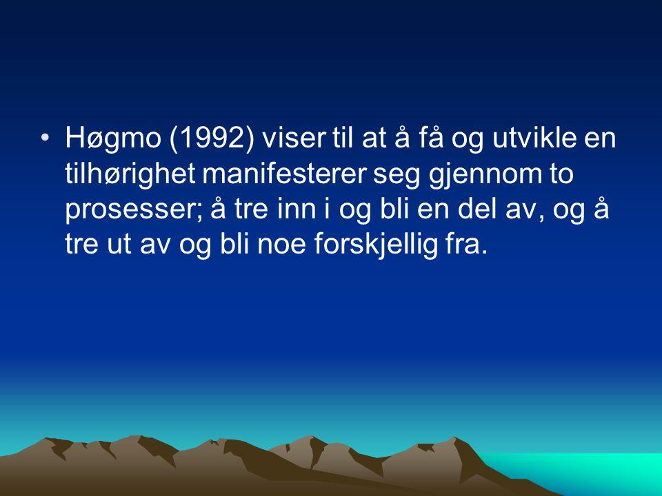 Høgmo (1992) viser til at å få og utvikle en tilhørighet manifesterer seg gjennom to prosesser; å tre inn i og bli en del av, og å tre ut av og bli no
