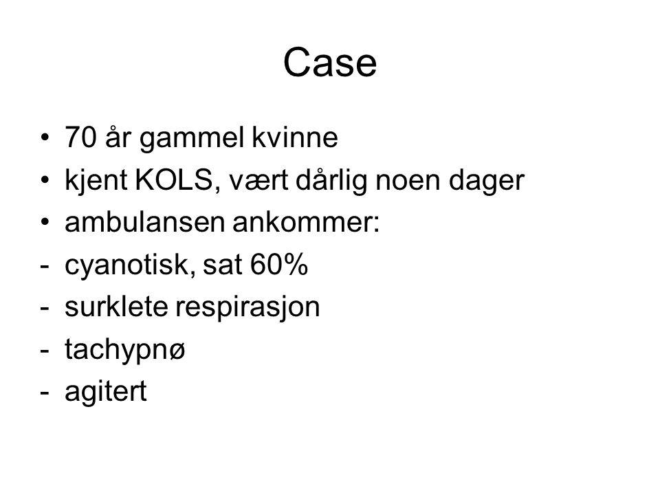 Case 70 år gammel kvinne kjent KOLS, vært dårlig noen dager ambulansen ankommer: -cyanotisk, sat 60% -surklete respirasjon -tachypnø -agitert