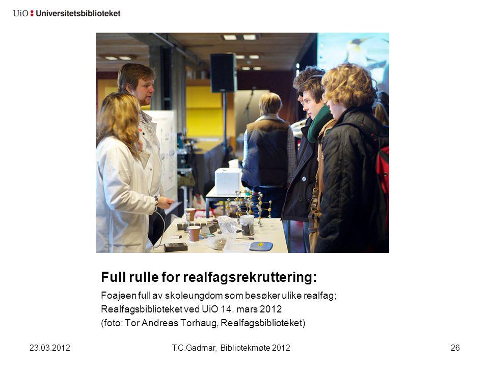 Full rulle for realfagsrekruttering: Foajeen full av skoleungdom som besøker ulike realfag; Realfagsbiblioteket ved UiO 14. mars 2012 (foto: Tor Andre