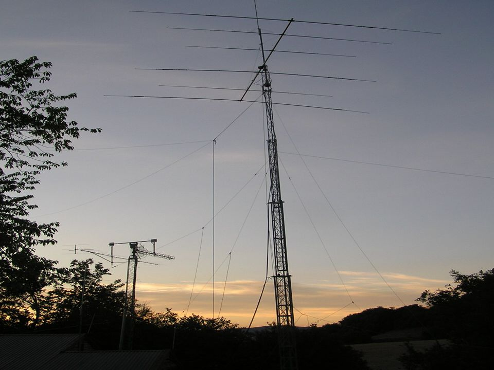 12 Vhf Uhf Aktiviteter Spesielle atmosfæriske forhold kan gjøre det mulig å få kontakt med stasjoner langt unna også på de høyere frekvensene Nordlyset reflekterer signalet slik at en oppnår kontakter over lange avstander APRS- Automatisk posisjon og rapporteringssystem .